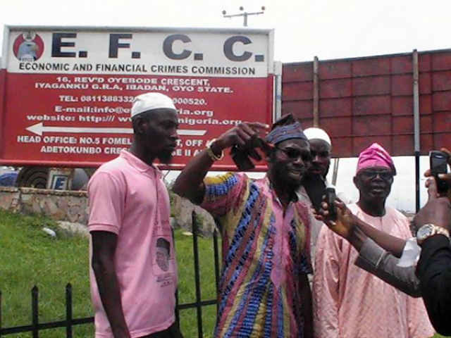 Comrade Adeniyi Suliamon defending self against prosecuted for writing unsubstantiated petition against the person of the person of Ogbeni Rauf Aregbesola at the EFCC office two months ago