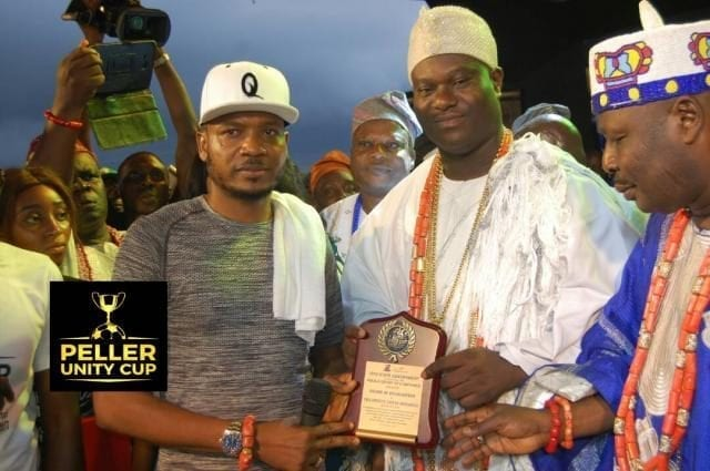 Ooni of Ife and Shina Peller presenting awards to Aseyin