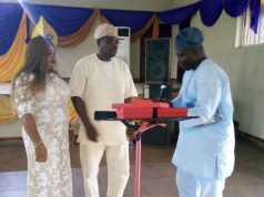 President of the Club, Lion Aina Abeeb presenting the award to the Ogun State Coordinator of Omoilu Foundation, Mr. Leke Shittu