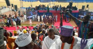 Hon Ladi Adebutu exchanges pleasantries with the Ooni of Ife, HRM Oba Enitan Ogunwusi
