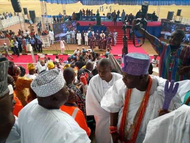 Hon Ladi Adebutu exchanges pleasantries with the Ooni of Ife, HRM Oba Enitan Ogunwusi