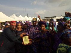 Hon Kunle Sobukonl, the Hon member of the Ogun State House of Assembly representing Ikenne State Constituency, an Ogere indigene presents the plaque of honour to Omooba Sunday Solarin